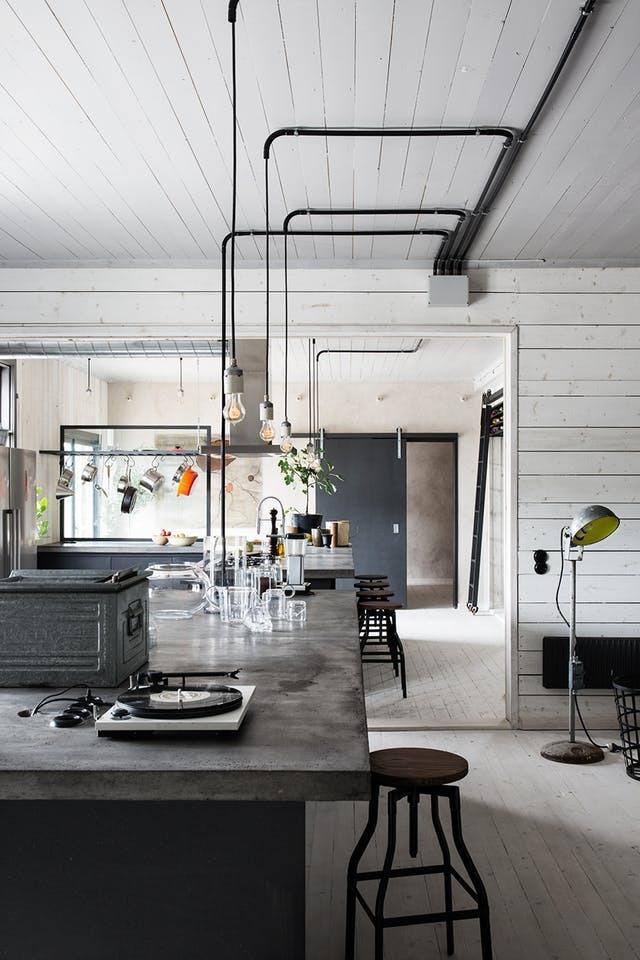 Барная стойка из бетона идеальна в стиле лофт. В данном случае кухня выделена именно барной стойкой, собственно барная стойка и является кухней
