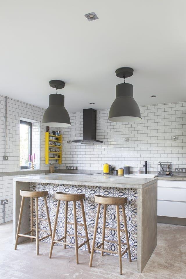 Барная стойка из бетона является центром кухни. Бетонная барная стойка просто идеальна для кухни в стиле лофт