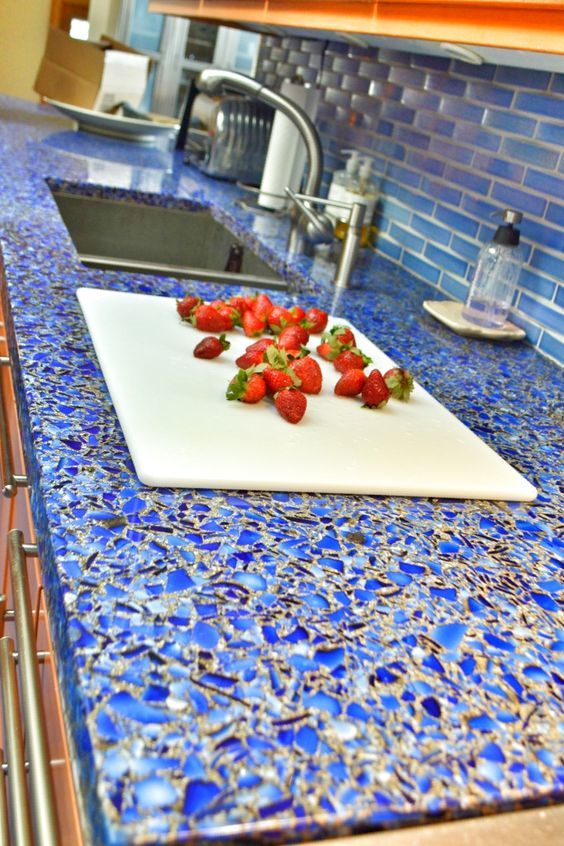 Бетонная кухонная столешница с добавлением синего стекла для достижения декоративного эффекта.