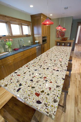 Бетонная полированная столешница для кухонного острова из светлого бетона с добавлением разноцветного стекла и камня