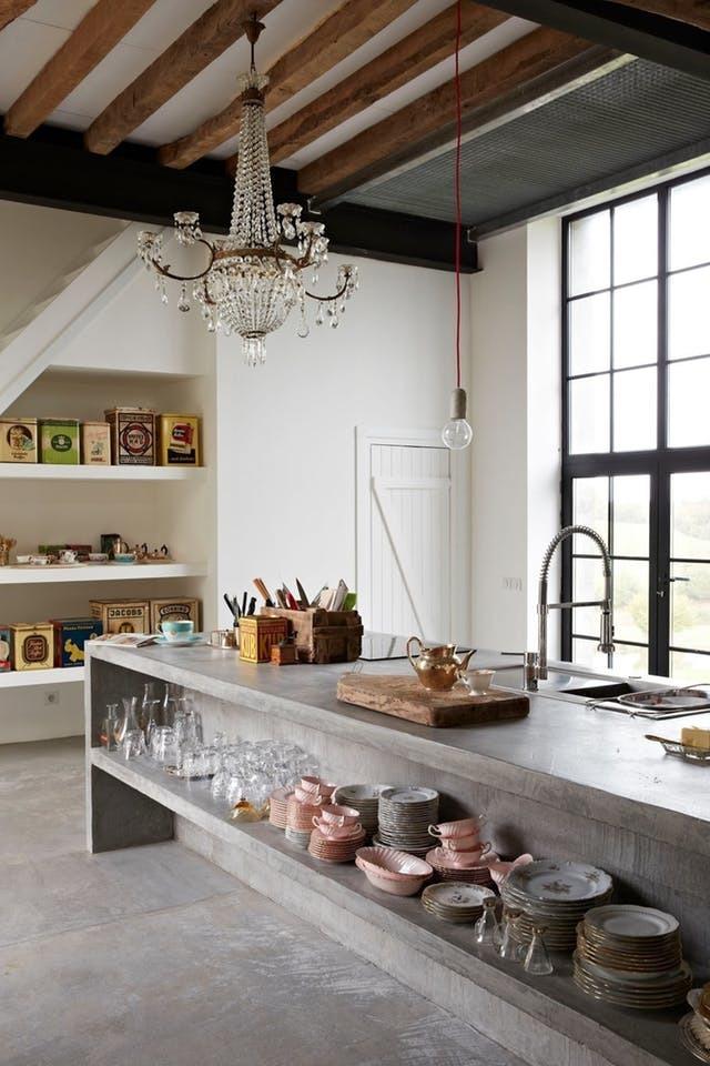 Бетонный кухонный остров может полностью заменить кухню. Встроенные бетонные полки с фасадной стороны острова позволяют хранить посуду, как и выдвижные ящики с противоположной стороны.