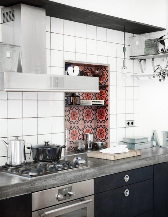 Пресную монохромность интерьера данной кухни нарушает ниша в стене выделенная цветным декоративным кафелем