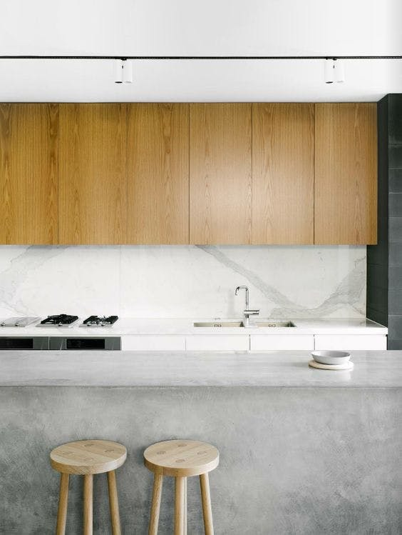 Светло-серый цвет бетона отлично подойдет для кухонного острова на кухне в стиле минимализм
