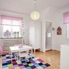 Детский стол и большой ковер могут стать центром детской.