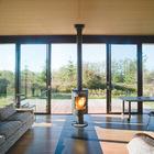 Идеальное место для домашнего офиса писателя. Панорамный вид на окружающую природу расслабляет и позволяет сосредоточиться на работе.