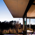 Широкие свесы крыши призваны защищать остекленные стены дома от летнего солнца. (маленький дом,мебель,интерьер,дизайн интерьера,архитектура,дизайн,экстерьер,минимализм)