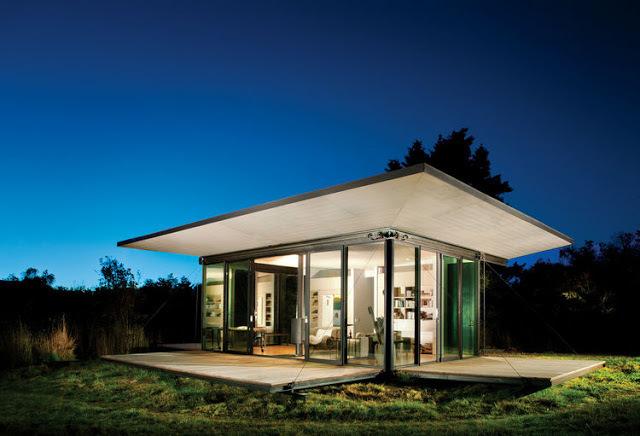 Дачный дом великолепно смотрится в вечернее время.