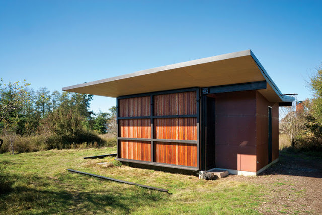 С поднятыми ставнями домик превращается в практически неприступную крепость. Если и не крепость, то остекленные стены защищены