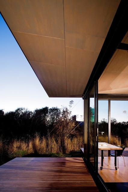 Широкие свесы крыши призваны защищать остекленные стены дома от летнего солнца.