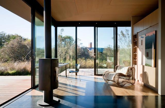 Со всех сторон дома расположены сдвижные стеклянные двери ведущие на террасы.