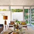 Центром гостиной является стеклянный столик Исаму Ногути с фарфоровыми вазами. (1950-70е,середина 20-го века,медисенчери,медисенчери модерн,модерн,средневекоый модерн,модернизм,mcm,минимализм,архитектура,дизайн,экстерьер,интерьер,дизайн интерьера,мебель,гостиная,дизайн гостиной,интерьер гостиной,мебель для гостиной,фото гостиной,идеи гостиной)