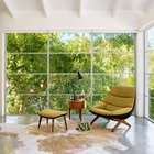 Идеальное место для того чтобы отдохнуть и почитать любимую книгу в удобном кресле. Шкура буйвола делает интерьер с бетонным полом значительно теплее. (1950-70е,середина 20-го века,медисенчери,медисенчери модерн,модерн,средневекоый модерн,модернизм,mcm,минимализм,архитектура,дизайн,экстерьер,интерьер,дизайн интерьера,мебель,спальня,дизайн спальни,интерьер спальни,фото спальни,мебель для спальни,кровать)
