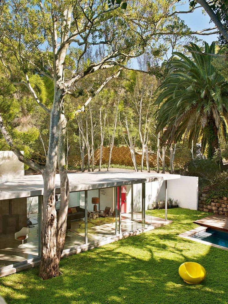 Благодаря остекленным стенам дневного крыла дома, дом всегда наполнен светом и максимально интегрирован в окружающую природу.