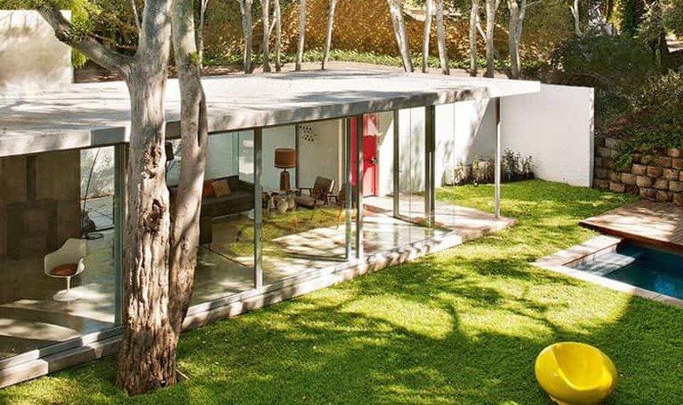 Дом построен в лучших традициях архитектуры середины 20-го века. Дом открыт во двор и отгорожен от внешнего мира, формируя обособленный оазис для своих жильцов.