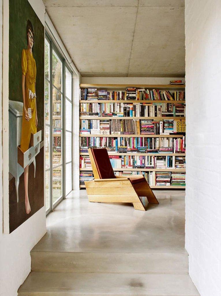 Домашний офис примыкает к остекленной дневной части здания. Окно домашнего офиса-библиотеки выходит в сад.