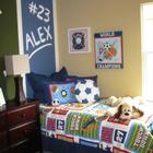 Тема футбола в детской одновременно простая и сложная. Используйте постеры, подушки и постельное белье с футбольной тематикой.