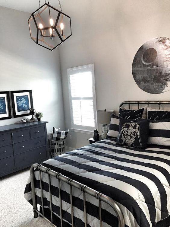 Детская комната для мальчика увлеченного звездными войнами. Если вас мучал вопрос как оформить детскую в стиле звездных войн, то эта детская показывает как это можно сделать с минимальными затратами.