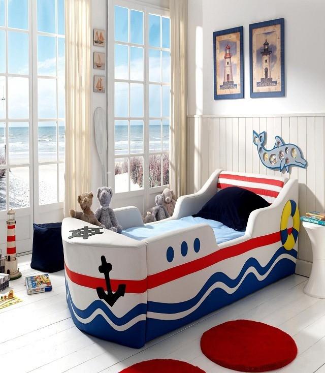 Морская тематика оформления детской для ребенка младшего возраста. Если возраст ребенка позволяет, то можно использовать тематическую кровать в виде лодки или машины.