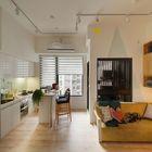 Барная стойка в кухне-столовой заменяет обеденный стол и домашний офис.