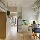 Белая кухня не отвлекает на себя внимания и почти теряется в пространстве. Небольшой барной стойки у окна вполне достаточно для городской квартиры. (квартиры,апартаменты,интерьер,дизайн интерьера,мебель,современный,кухня,дизайн кухни,интерьер кухни,кухонная мебель,мебель для кухни,фото кухни,столовая,дизайн столовой,интерьер столовой,мебель для столовой,фото столовой,идеи столовой)
