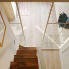 Лестница ведущая в спальню на антресоли достаточно крутая, но вполне удобная. (квартиры,апартаменты,интерьер,дизайн интерьера,мебель,современный,лестница,варианты лестницы,фото лестницы,идеи лестницы)