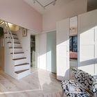 Под спальней на втором уровне нашлось место для гардероба, а пространство под лестницей очень разумно использовано для шкафчиков.