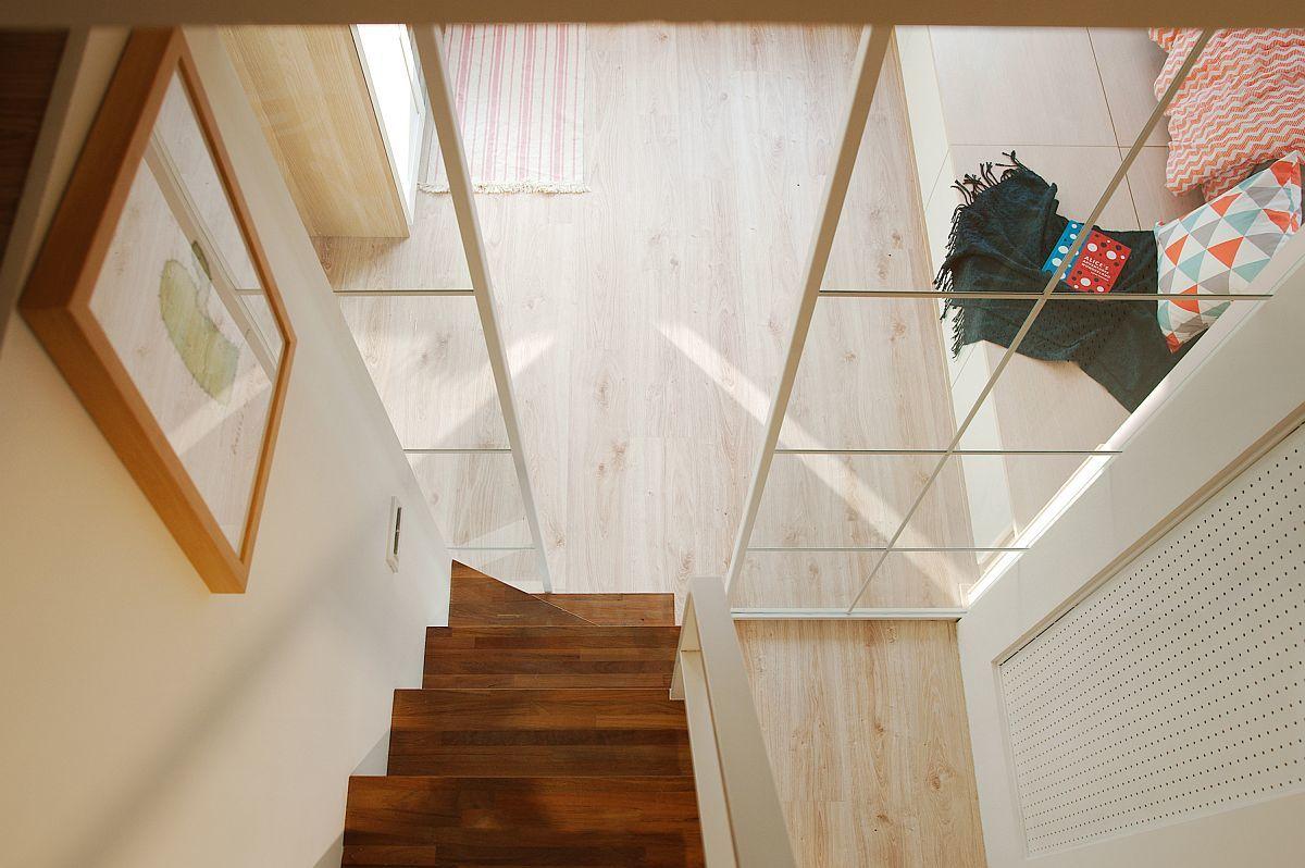 Лестница ведущая в спальню на антресоли достаточно крутая, но вполне удобная.