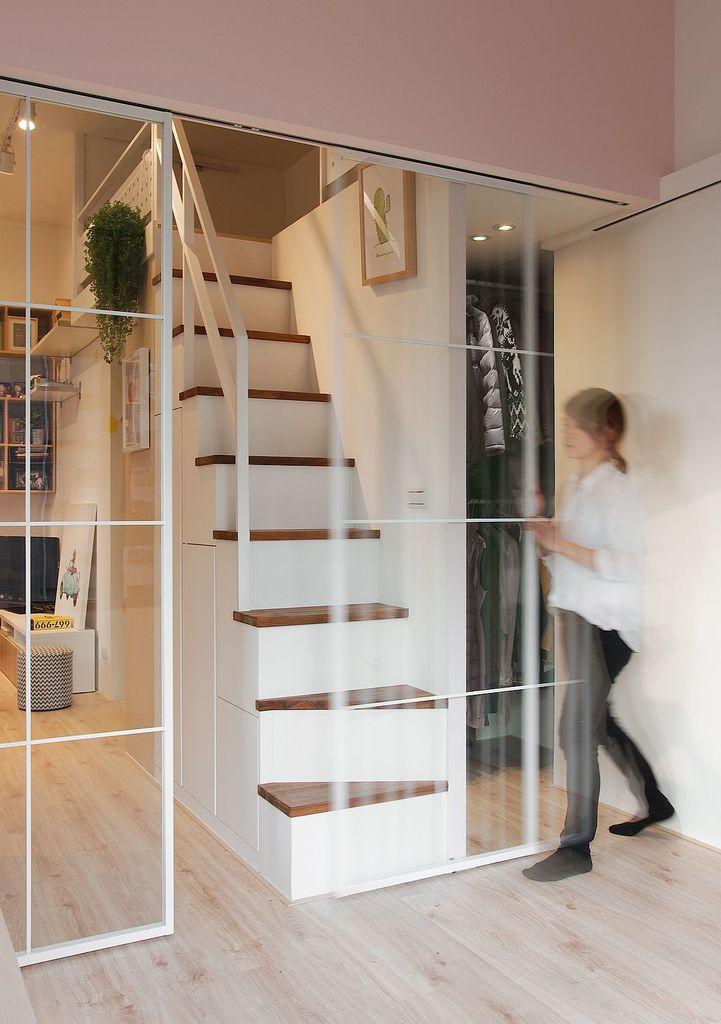 Практически незаметные стеклянные сдвижные двери закрывают спальню, что требуется не часто. Важно что двери не являются преградой для света.