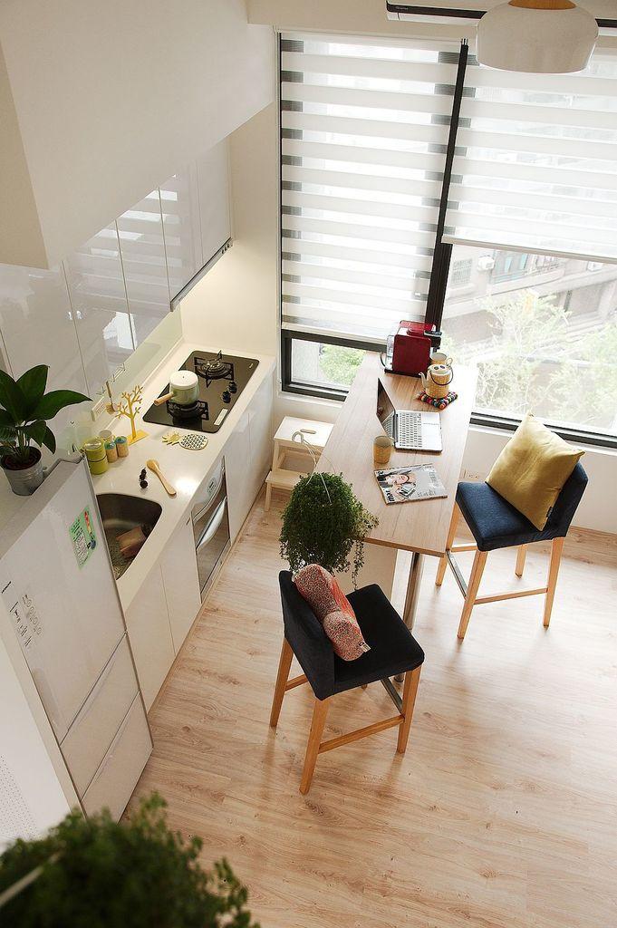 Вид на кухню из спальни на втором уровне.