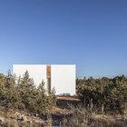 Белые фасады дома явно выделяются на фоне местных ландшафтов. (средиземноморский,средиземноморский интерьер,средиземноморский дом,средиземноморский стиль,минимализм,архитектура,дизайн,экстерьер,интерьер,дизайн интерьера,мебель,на открытом воздухе,патио,балкон,терраса,мебель для террасы,фото террасы,идеи террасы,оформление террасы,гриль,барбекю,фасад)