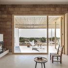 Большое окно в гостиной наполняет ее светом и открывает вид на окружающую дом природу. (средиземноморский,средиземноморский интерьер,средиземноморский дом,средиземноморский стиль,минимализм,архитектура,дизайн,экстерьер,интерьер,дизайн интерьера,мебель,гостиная,дизайн гостиной,интерьер гостиной,мебель для гостиной,фото гостиной,идеи гостиной,на открытом воздухе,патио,балкон,терраса,мебель для террасы,фото террасы,идеи террасы,оформление террасы,гриль,барбекю)