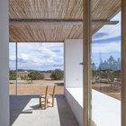 Терраса является естественным продолжением дома с теми же цветами и текстурами.