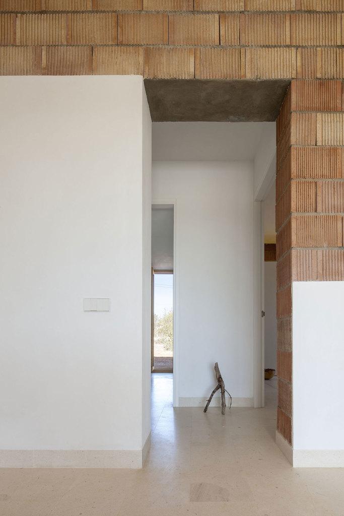 Бетонные полы по всему дому подчеркивают непрерывность пространства по всему дому