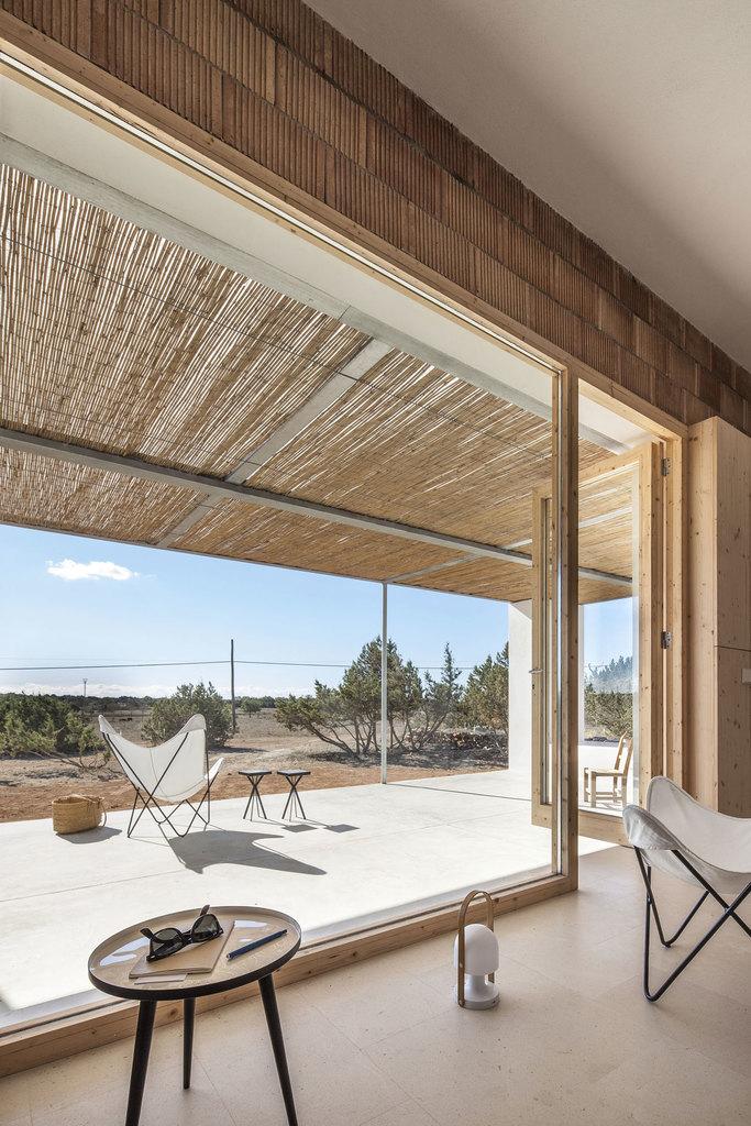 Благодаря широкой двери на террасу в теплое время года терраса служит жилой комнатой.