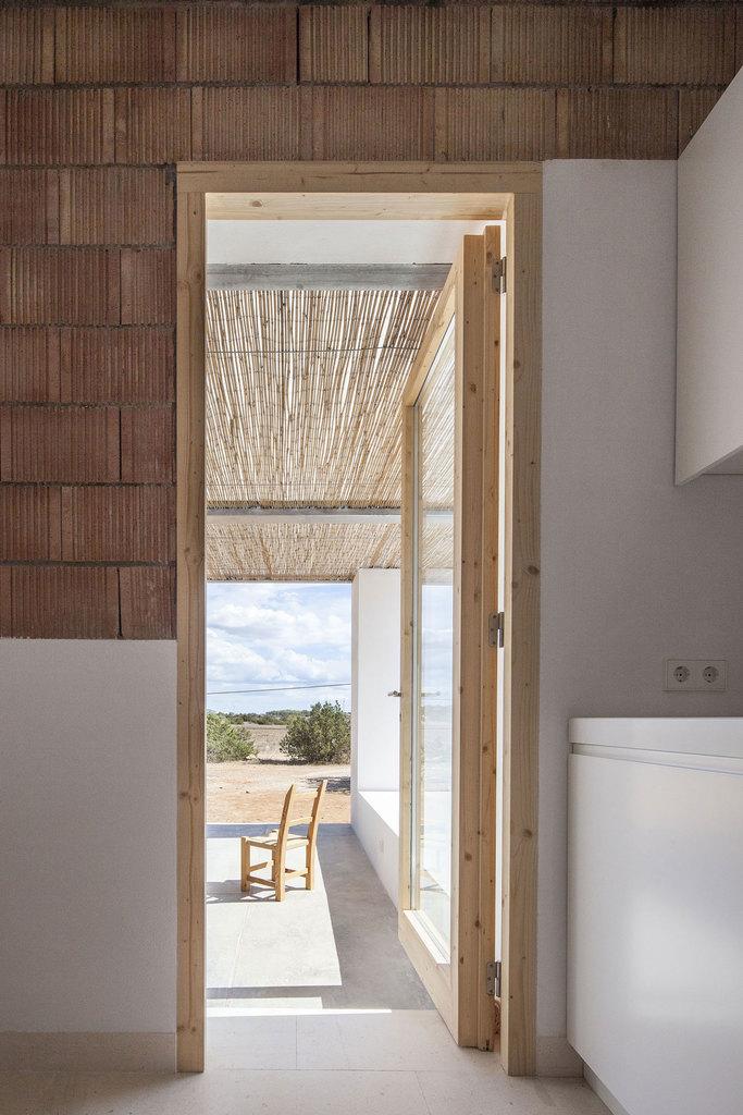 Большое окно из кухни ведет на террасу и может служить дополнительной дверью на террасу, что удобно в летнее время года, когда обеденный стол стоит на террасе.