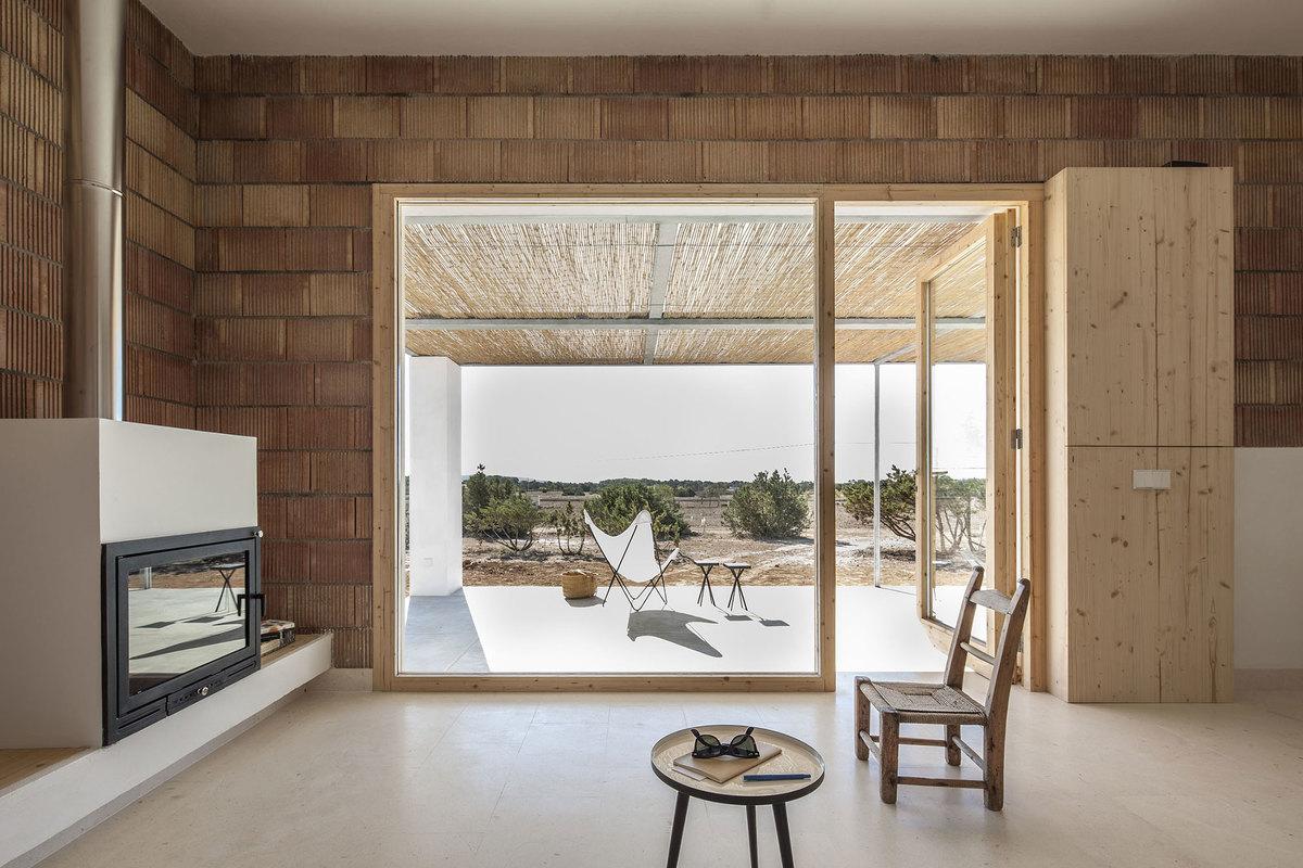 Большое окно в гостиной наполняет ее светом и открывает вид на окружающую дом природу.