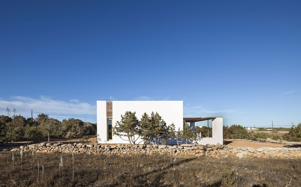 Фасад дома являясь современным, в то же время наследует традиции традиционной архитектуры.