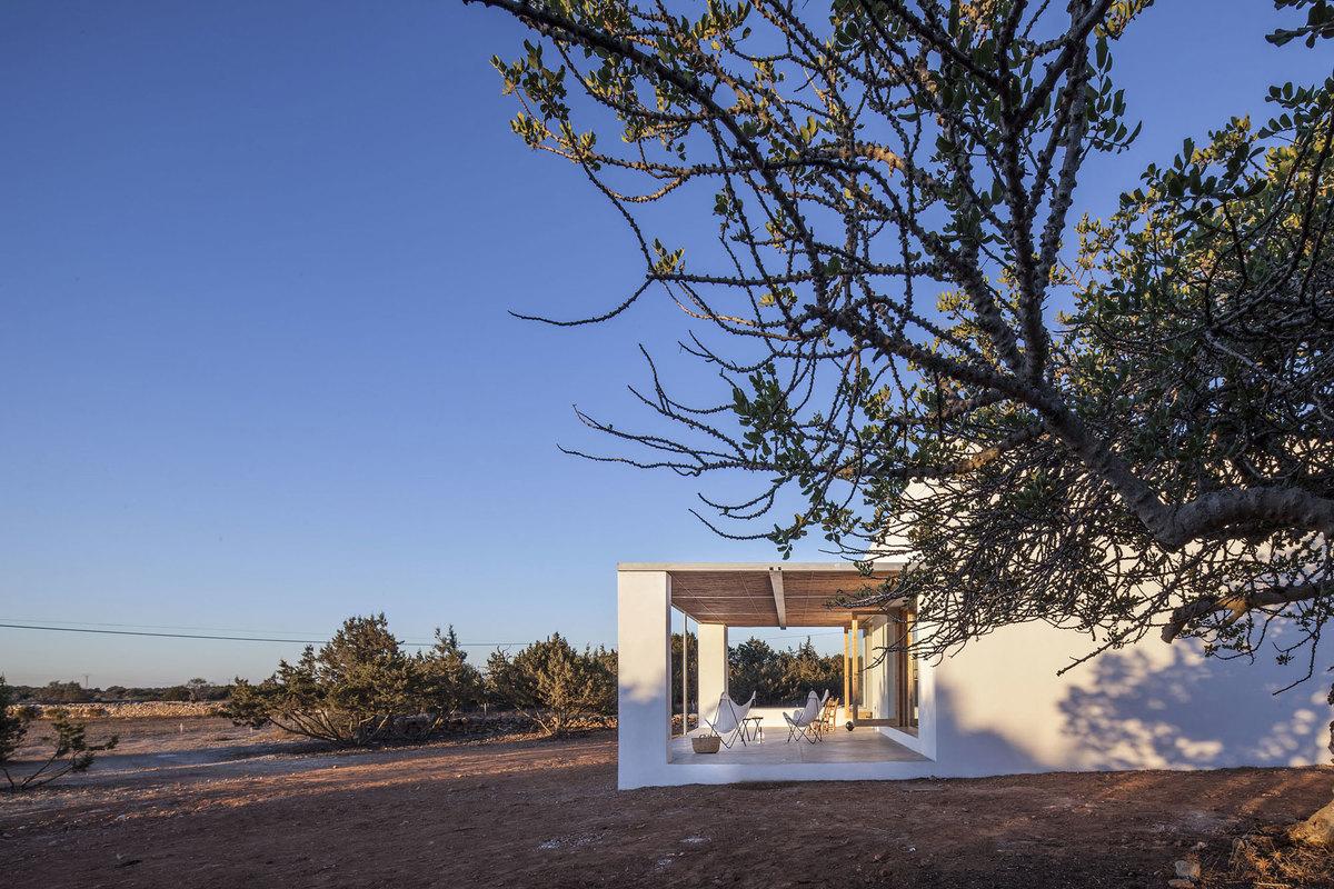 Именно традиционные цвета и относительно традиционные формы позволили идеально вписать дом в окружающую его природу и пейзаж.