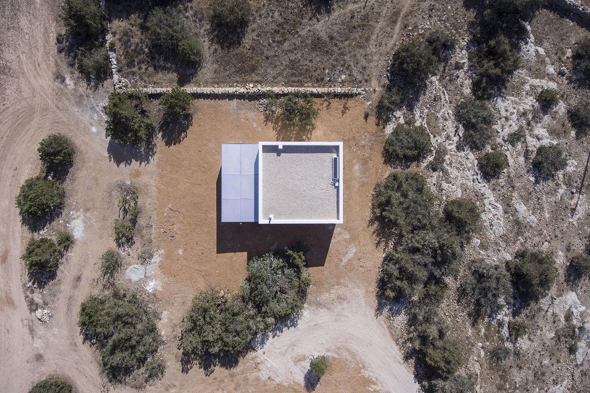 Как и во многих домах архитектора у этого дома крыша плоская, а сам дом имеет правильную геометрическую форму.