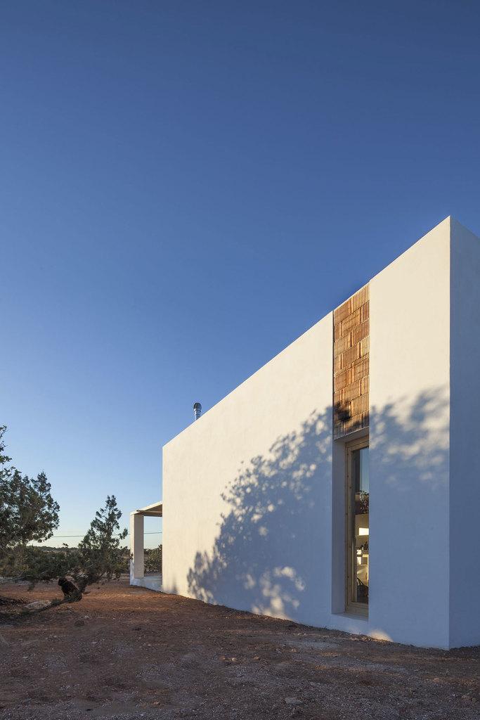Необычным элементом декора фасадов стали не оштукатуренные участки стен над окнами.