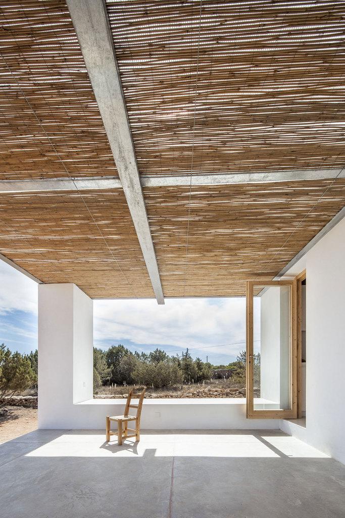 Терраса традиционно для данной местности крыта тростником. Большую часть года она служит дополнительной комнатой на свежем воздухе