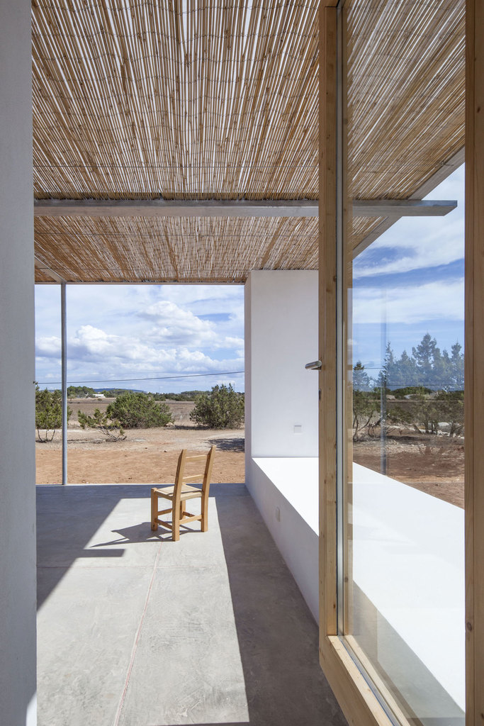 Терраса является естественным продолжением дома с теми же цветами и текстурами