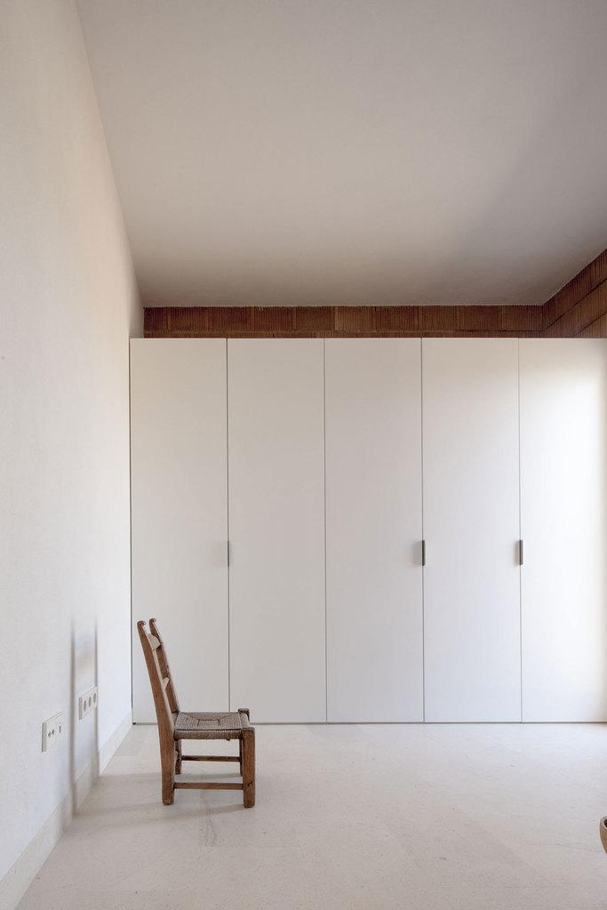 Вместительный и практически невидимый плательный шкаф вдоль одной из стен спальни.