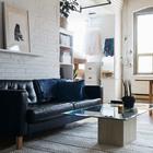 Кожаный диван на фоне кирпичной стены смотрится украшением гостиной. (квартиры,апартаменты,интерьер,дизайн интерьера,индустриальный,лофт,винтаж,стиль лофт,индустриальный стиль,мебель,гостиная,дизайн гостиной,интерьер гостиной,мебель для гостиной,фото гостиной,идеи гостиной)