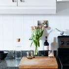 Кухонная столешница может восприниматься как еще одна поверхность в гостиной и цветы на ней смотрятся весьма уместно. (квартиры,апартаменты,интерьер,дизайн интерьера,индустриальный,лофт,винтаж,стиль лофт,индустриальный стиль,мебель,кухня,дизайн кухни,интерьер кухни,кухонная мебель,мебель для кухни,фото кухни)