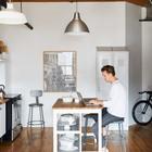 Небольшой кухонный остров радикально меняет восприятие кухни. Кухонный остров удобен и в роли рабочего стола. (квартиры,апартаменты,интерьер,дизайн интерьера,индустриальный,лофт,винтаж,стиль лофт,индустриальный стиль,мебель,кухня,дизайн кухни,интерьер кухни,кухонная мебель,мебель для кухни,фото кухни)