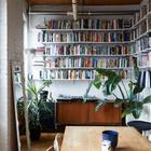 Под библиотеку в небольшой квартире выделена целая ниша. Она же служит и домашним офисом.