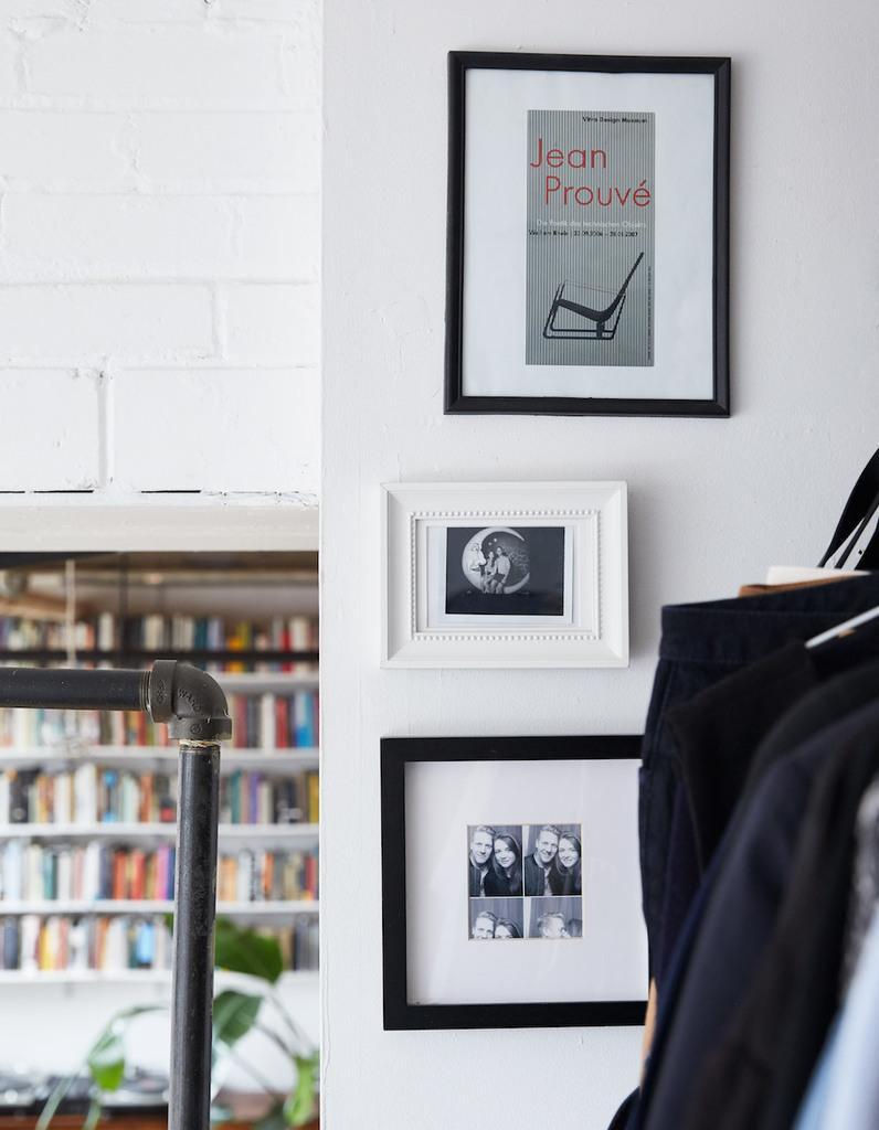 Картинки на стене позволили сгладить грань между спальней и гардеробом.