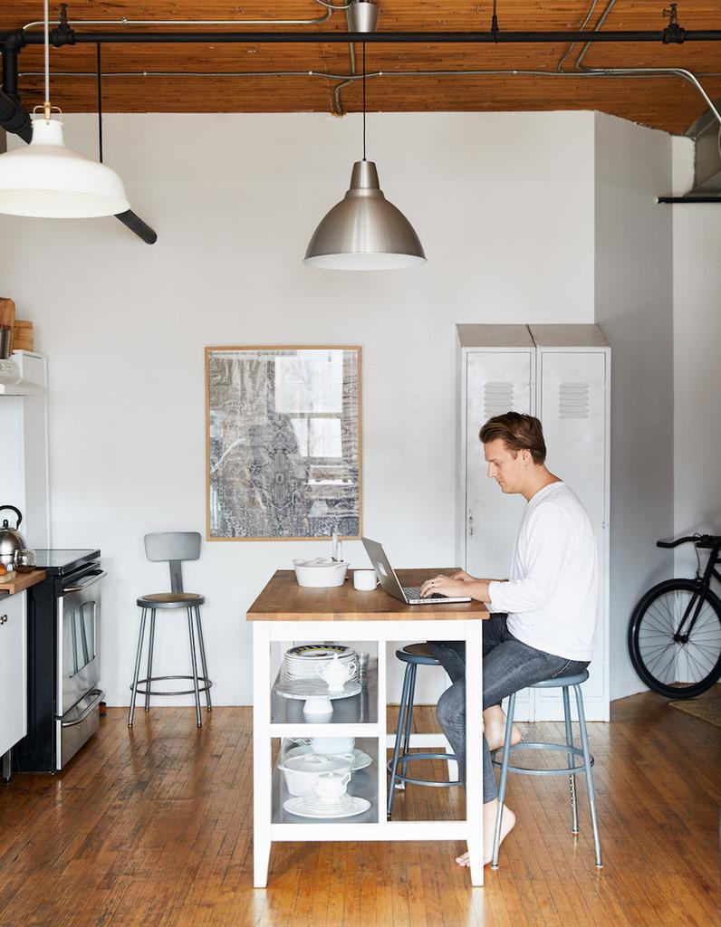 Небольшой кухонный остров радикально меняет восприятие кухни. Кухонный остров удобен и в роли рабочего стола