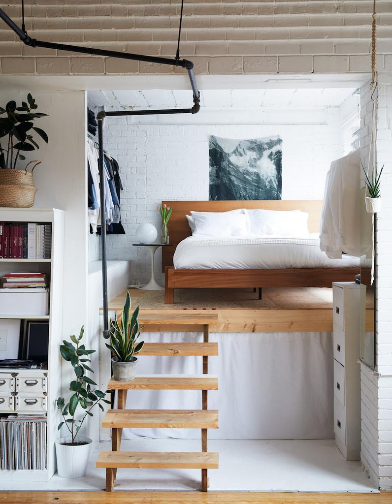 Невесомая лестница ведет в спальню, которая поднята над уровнем жилой комнаты.